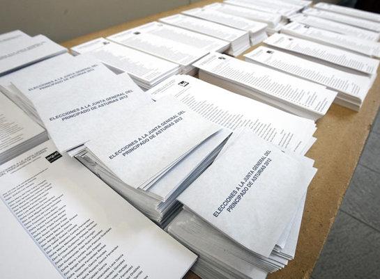 FOTOGALERIA: Papeletas electorales en un colegio de Gijón