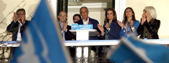 El candidato a presidente de la Junta de Andalucía por el PP, Javier Arenas, acompañado por los ministros de Hacienda, Cristobal Montoro, y la de Empleo, Fatima Bañez, saluda a los simpatizantes que han acudido a la sede del partido en Sevilla