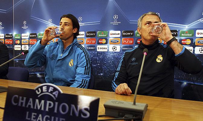 Khedira y Mourinho beben agua antes de atender a los medios