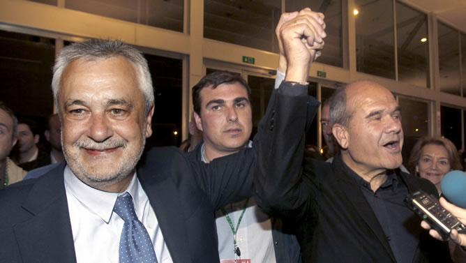 El candidato del PSOE a la Presidencia de la Junta, José Antonio Griñán, junto al expresidente andaluz, Manuel Chaves, tras comparecer ante los medios de comunicación para valorar el resultado de su partido en las elecciones andaluzas