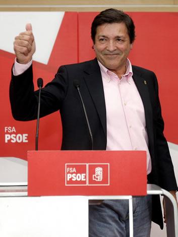 El candidato del PSOE a la Presidencia del Principado de Asturias, Javier Fernández, tras su comparecencia esta noche en la sede socialista en Oviedo, después de conocer su victoria electoral