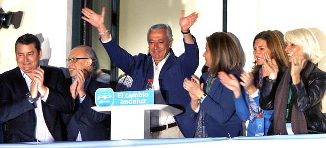 Arenas  saluda a los simpatizantes en la sede del PP de Sevilla tras no lograr la mayoría absoluta en las últimas elecciones