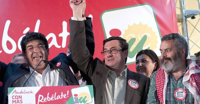 El candidato a la presidencia de la Junta de Andalucía y secretario regional de IU, Diego Valderas (i); el portavoz parlamentario, José Luis Centella (c), y el cabeza de lista por Sevilla, Juan Manuel Sánchez Gordillo (d), celebran el resultado electoral tras conocer que han duplicado su número de escaños en el Parlamento