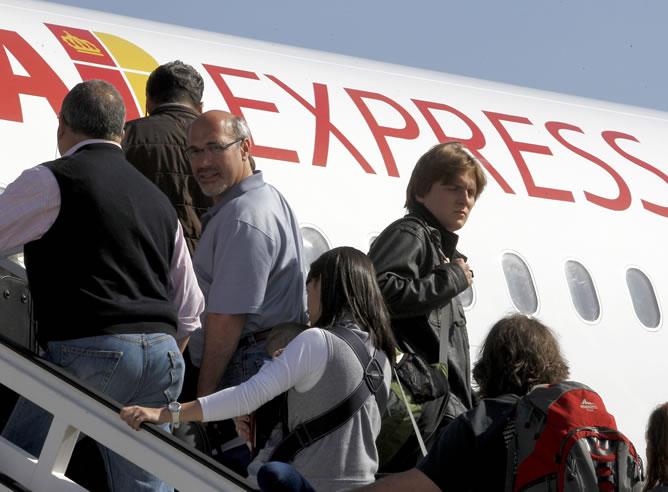 Pasajeros del vuelo inaugural de Iberia Express, la compañía de bajo coste de Iberia que despegó el domingo (EFE)
