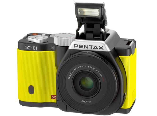 """El diseñador Marc Newson ya puede tachar la cámara de fotos de su lista de """"cosas-que-me-quedan-por-diseñar"""". Pentax ha presentado este mes la K-01. Una belleza minimalista y cierto aire retro que enamora a primera vista."""