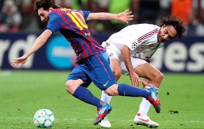 Leo Messi y Alessandro Nesta disputan el balón en San Siro