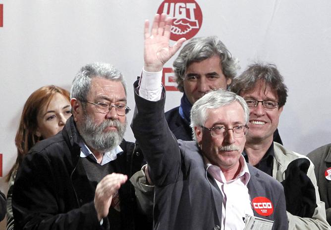 Ignacio Fernández Toxo saluda a los piquetes informativos en presencia de Cándido Méndez