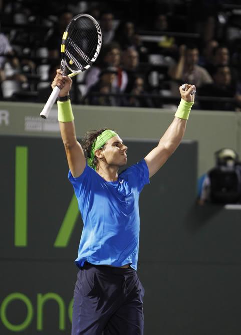 Rafa Nadal levanta los brazos tras imponerse al francés Jo Wilfred Tsonga en cuartos de final del Masters 1000 Miami