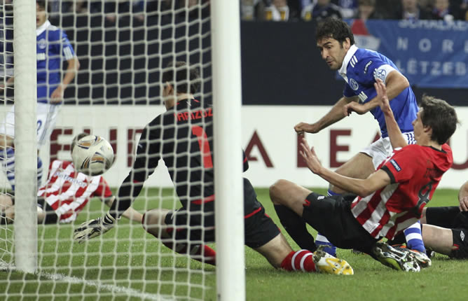 Raúl Gonzalez Blanco (d), jugador del Schalke, marca el 1-1 ante el portero del Athletic Club Bilbao, Gorka Iraizoz (1), durante el partido de ida de cuartos de final de la Liga Europa que sus equipos disputaron en el estadio Arena AufSchalke de Gelsenkirchen