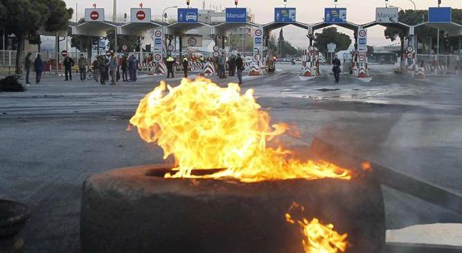 Piquetes informativos bloquean con neumáticos incendiados las entradas de Mercabarna en la Zona Franca de Barcelona para impedir la entrada al recinto de cualquier vehículo durante la jornada del 29 de marzo de 2012, en la que los sindicatos convocaron una huelga general contra la reforma laboral.