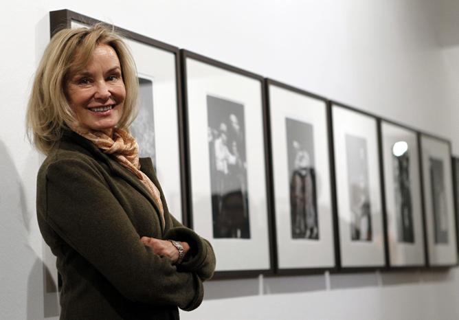 La actriz Jessica Lange, junto a sus fotografías en la Casa de América de Madrid