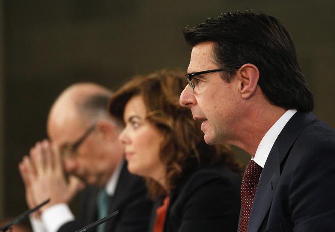 Los ministros de Industria y Hacienda flanquean a la vicepresidenta tras el Consejo de Ministros