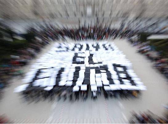 FOTOGALERIA: Mosaico humano en movimiento creando el lema 'Salva el Clima' en una plaza de Madrid
