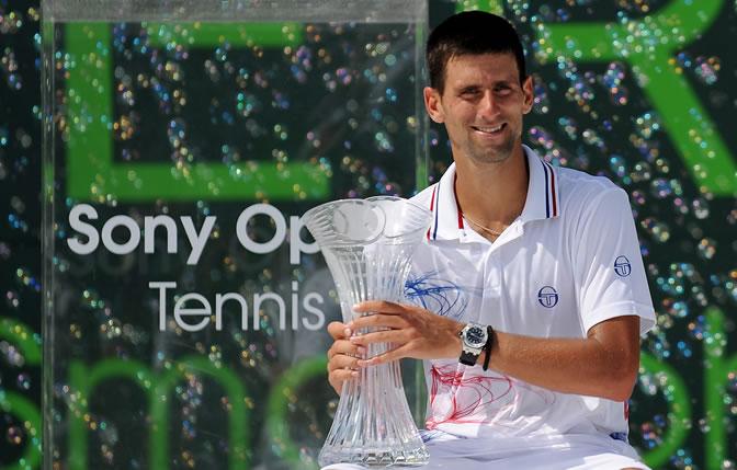 Novak Djokovic posa con el trofeo de campeón del Torneo de Miami al vencer al al británico Andy Murray