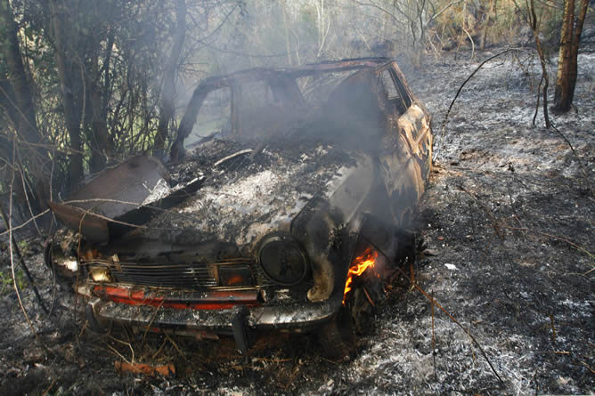 Un coche calcinado en el incendio forestal de las Fragas do Eume