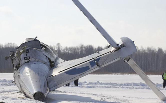 Los servicios de emergencia investigan las causas del accidente aéreo en Siberia