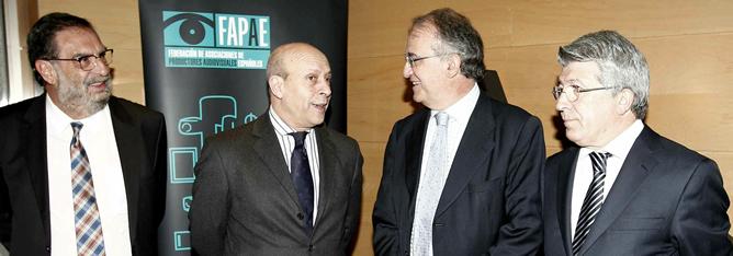 Pedro Pérez conversa con el ministro José Ignacio Wert ante los productores Cerezo y G. Macho