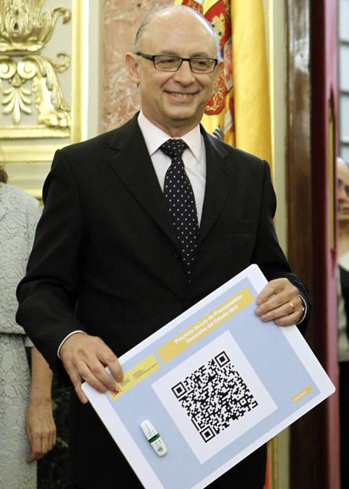 El ministro de Hacienda, Cristobal Montoro, posa con código BIDI y pendrive de los Presupuestos Generales del Estado, presentados en Congreso de los Diputados