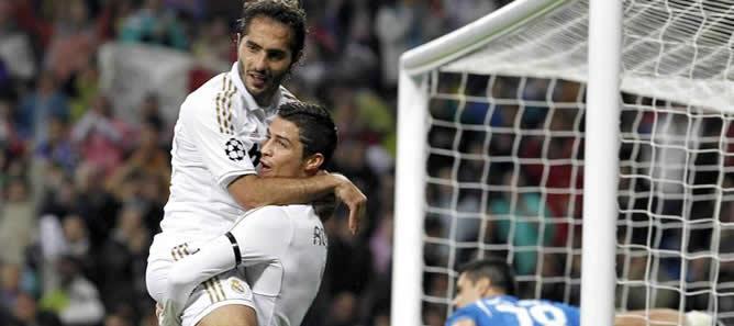 El delantero portugués del Real Madrid, Cristiano Ronaldo celebra con su compañero Hamit Altintop la consecución del primer gol de su equipo ante el Apoel Nicosia, durante el partido correspondiente a los cuartos de final de la Liga de Campeones que se disputa en el estadio Santiago Bernabeu