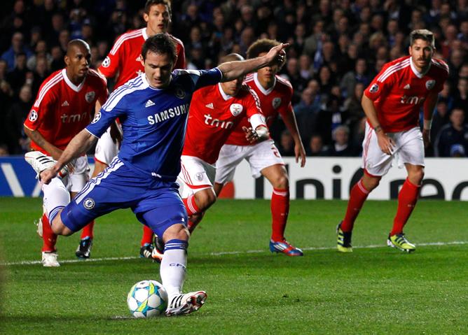 El jugador del Chelsea se dispone a lanzar la pena máxima frente al Benfica