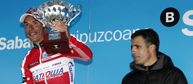 El ciclista catalán celebra en el podio una etapa de la ronda vasca