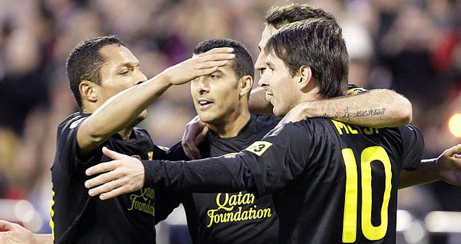 Messi celebra con sus compañeros su primer gol en La Romareda