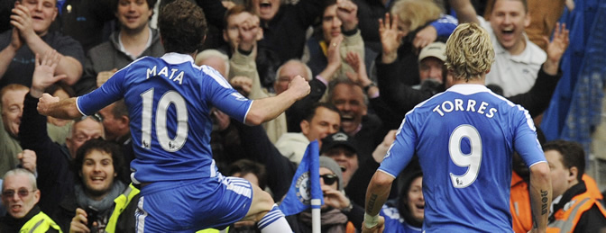 El español Juan Mata celebra con su compañero Fernando Torres del Chelsea tras marcar un gol al Wigan durante el partido de Premier League disputado en el estadio Stamford Bridge de Londres, Inglaterra, el sábado, 7 de abril de 2012