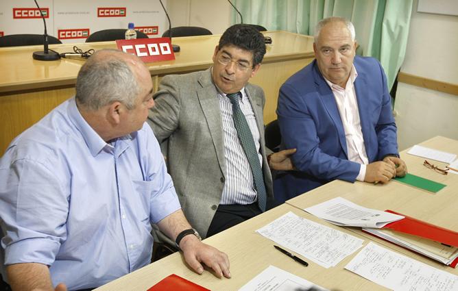 El coordinador regional de IU, Diego Valderas (c), charla con los secretarios andaluces de UGT y CCOO, Manuel Pastrana (i) y Francisco Carbonero, respectivamente, durante la reunión celebrada en Sevilla
