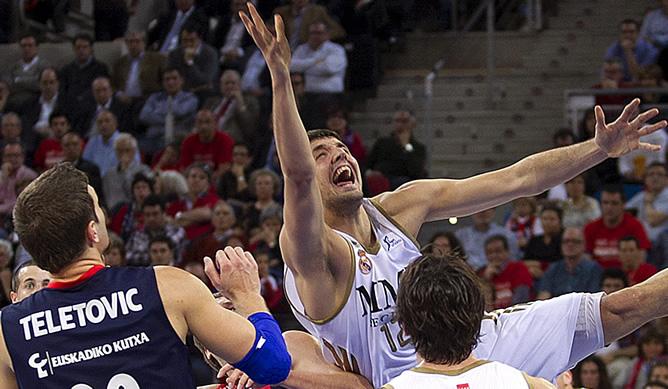 El ala pívot del Real Madrid Nicola Mirotic intenta superar la defensa el ala pivot bosnio del Caja Laboral, Mirza Teletovic, en el partido correspondiente a la vigésima octava jornada de la liga ACB de baloncesto disputado esta tarde en el Fernando Buesa Arena de Vitoria