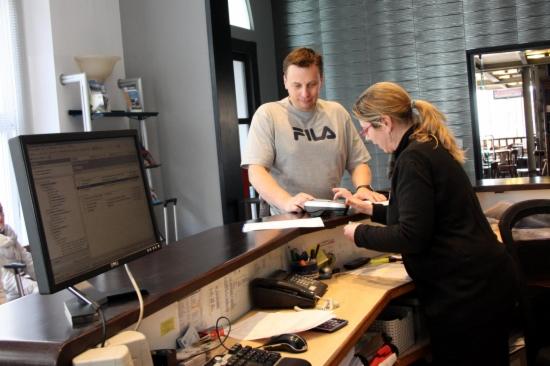 Un turista es registra a un hotel de Sitges