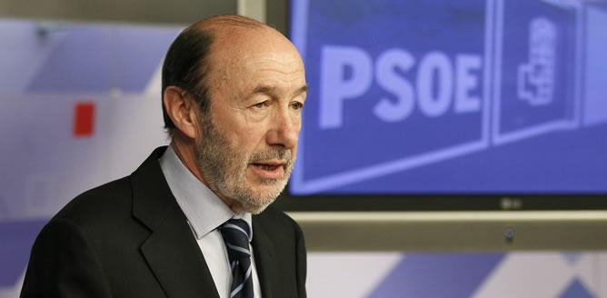 El secretario general del PSOE, Alfredo Pérez Rubalcaba, durante la rueda de prensa que ha ofrecido hoy tras la reunión de la Comisión Ejecutiva Federal de los socialistas