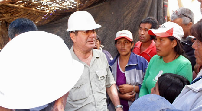 El presidente del Consejo de Ministros de Perú, Oscar Valdés, conversa con familiares de los mineros en la mina donde nueve trabajadores permanecen atrapados desde el pasado 5 de abril, durante una visita para supervisar en persona los trabajos de rescate