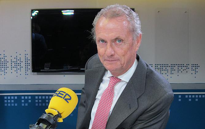 El ministro de Defensa, Pedro Morenés, en los estudios de la Cadena SER