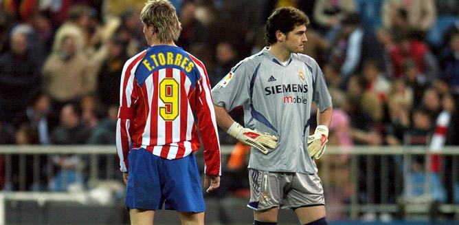 El jugador del Atlético de Madrid, Fernando Torres, junto al portero madridista Iker Casillas, durante el partido contra el Real de Madrid