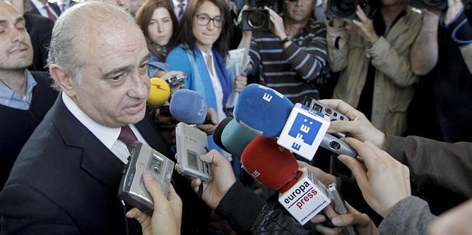 El ministro del Interior, Jorge Fernández Díaz, contesta a los periodistas