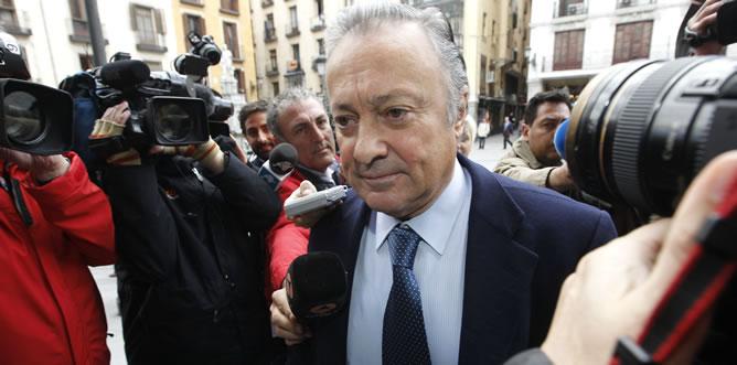 El embajador de Argentina en España, Carlos Bettini, a su llegada este mediodía a la sede del Ministerio de Asuntos Exteriores