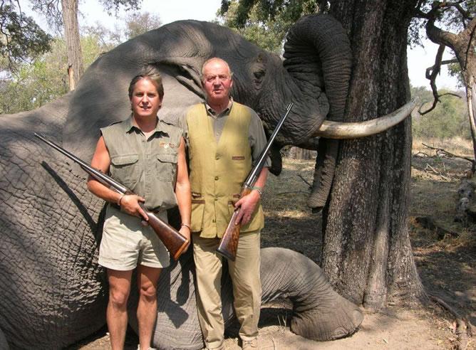 Se desconoce la fecha de la foto que aparece en la web de este safari de Botsuana junto al resto de personas destacables que han ido allí a cazar