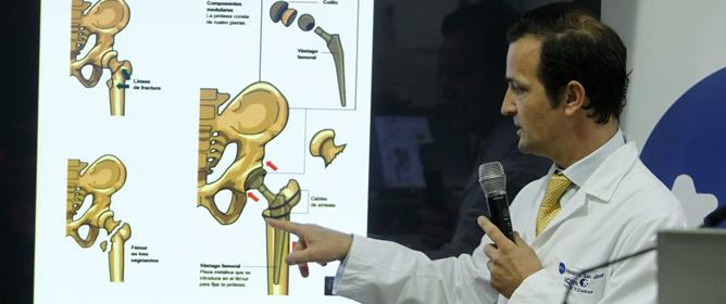 El doctor Ángel Villamor, que ha llevado a cabo esta madrugada la intervención quirúrgica de cadera a don Juan Carlos, explica esta tarde a los medios de comunicación los detalles de la operación.