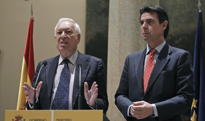 Los ministros de Asuntos Exteriores, José Manuel García-Margallo  y de Industria, José Manuel Soria, durante la comparecencia