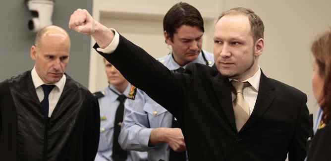 Anders Behring Breivik ha saludado con el brazo derecho en alto y el puño cerrado al entrar en el juicio