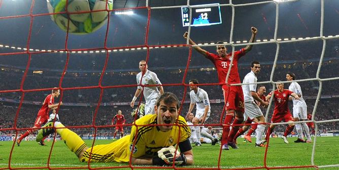 El portero del Real Madrid Iker Casillas observa el balón en su red después del gol de Franck Ribery, del Bayern de Múnich