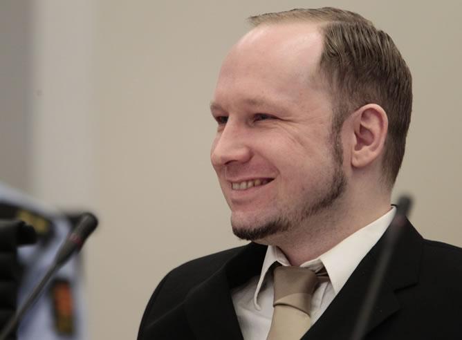 El ultraderechista Anders Behring Breivik sonríe durante su llegada a una de las salas del tribunal de Oslo  el pasado mes de abril.