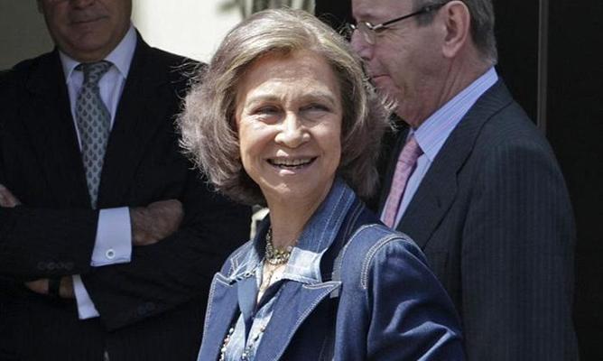 """La reina a su llegada al Hospital USP San José, de Madrid, donde ha vuelto a visitar al rey, que """"continúa evolucionando muy positivamente"""""""