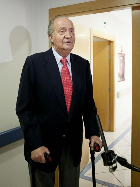 """El rey Juan Carlos, a su salida de la habitación tras recibir el alta hospitalaria después de recuperarse de la intervención quirúrgica a la que fue sometido por fracturarse la cadera a consecuencia de una caída en Botsuana, ha declarado a los periodistas: """"Lo siento mucho. Me he equivocado. No volverá a ocurrir""""."""
