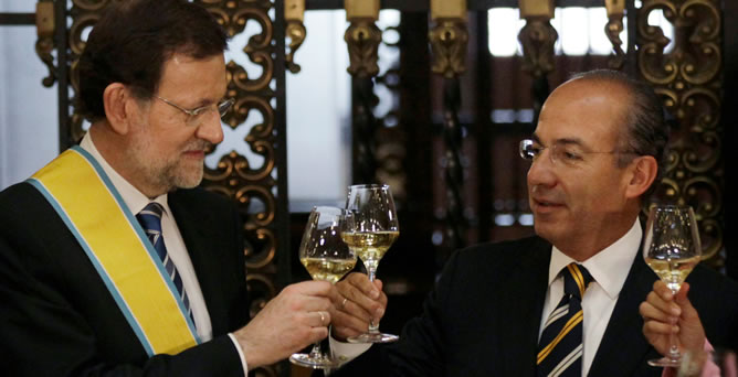 Los presidentes de España y México, Mariano Rajoy y Felipe Calderón, respectivamente, brindan durante una cena en honor Rajoy en el palacio nacional de Ciudad de México