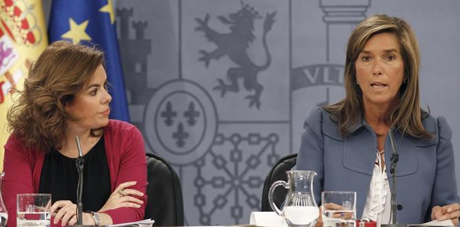 La vicepresidenta del Gobierno, Soraya Sáenz de Santamaría, junto a la ministra de Sanidad, Ana Mato, en la rueda de prensa del Consejo de Ministros en el que se han aprobado, entre otras, medidas de ajuste en Sanidad y Educación