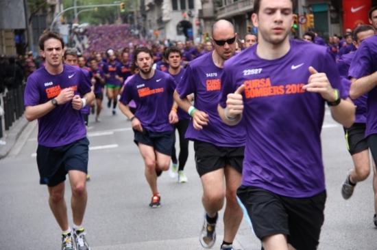 Més de 24.000 corredors encenen la Cursa dels Bombers de Barcelona