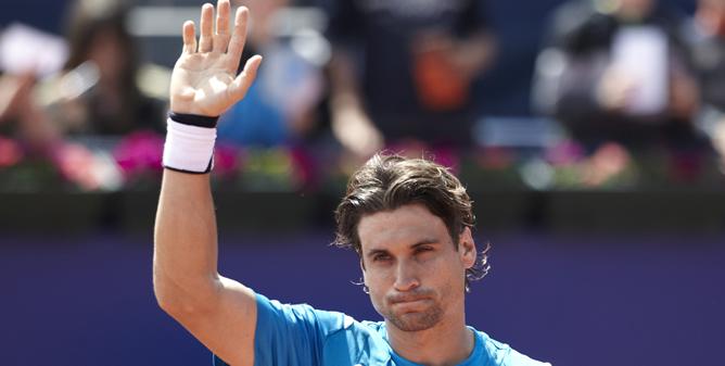El tenista español David Ferrer saluda al público tras imponerse al serbio Filip Krajinovic, 6-0 Y 6-3, en partido de la segunda ronda del trofeo Conde de Godó de tenis que se disputa en el Real Club de Tenis Barcelona