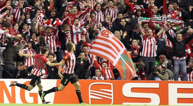 El delantero del Athletic de Bilbao Fernando Llorente (d) celebra tras marcar el tercer gol ante Stinj Schaars (2-i), del Sporting de Lisboa, durante el partido de vuelta de las semifinales de la Liga Europa