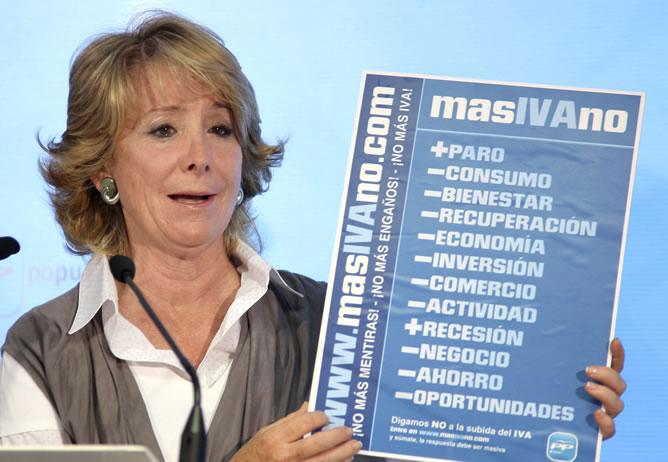 Esperanza Aguire, con un cartel de 'masIVAno'